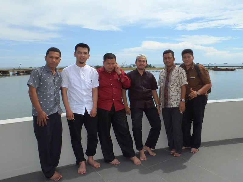 Kepala Seksi Sarana dan Prasarana Penmad Kanwil Kemenag Sumut, Drs. Khoirul Amani, MA dan Perwakilan Operator Sumatera Utara foto bersama di lantai dua Masjid Terapung Amirul Mukminin Makassar.