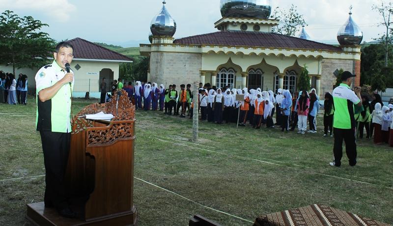 KASI Pendis Kemenag Karo, Karni Harahap, S.Ag memberikan sambutan pada Aksioma Tingkat Kabupaten Karo ke-2 Tahun 2015 di Desa Perbulan Kec. Lau Baleng. (Putra Manda)